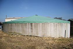 La bâche est en PVC à 900 g / m2. Elle résiste à des températures basses jusqu'à -30 °C et à l'inverse jusqu'à 70 °C.