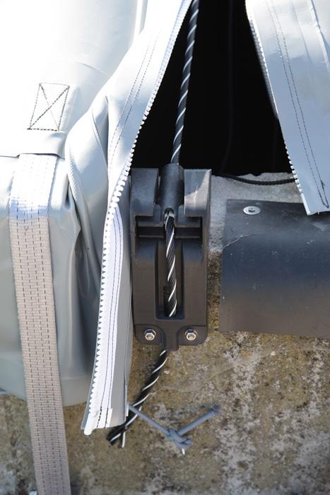 Les nouvelles fixations des câbles polyester sont coulées en une seule pièce de résine. Plus résistants, elles remplacent les anciens systèmes en inox.