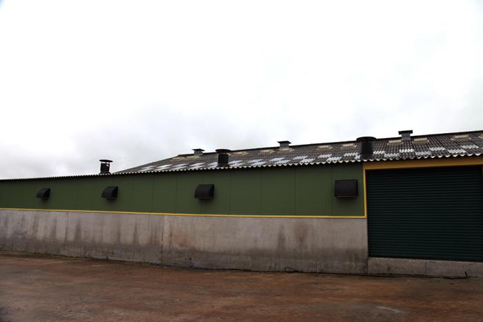 La nurserie est équipée de volets sur les parois du bâtiment pour les entrées d'air et de 3 ventilateurs sur le toit pour les sorties.