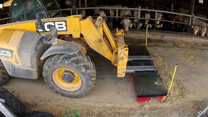 Le balai ActiSweep sur tracteur balai multi usages