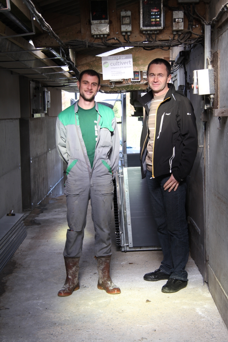 Alexandre Haquin éleveur et Patrick Briens, technicien Cultivert à Lamballe. bâtiments porc
