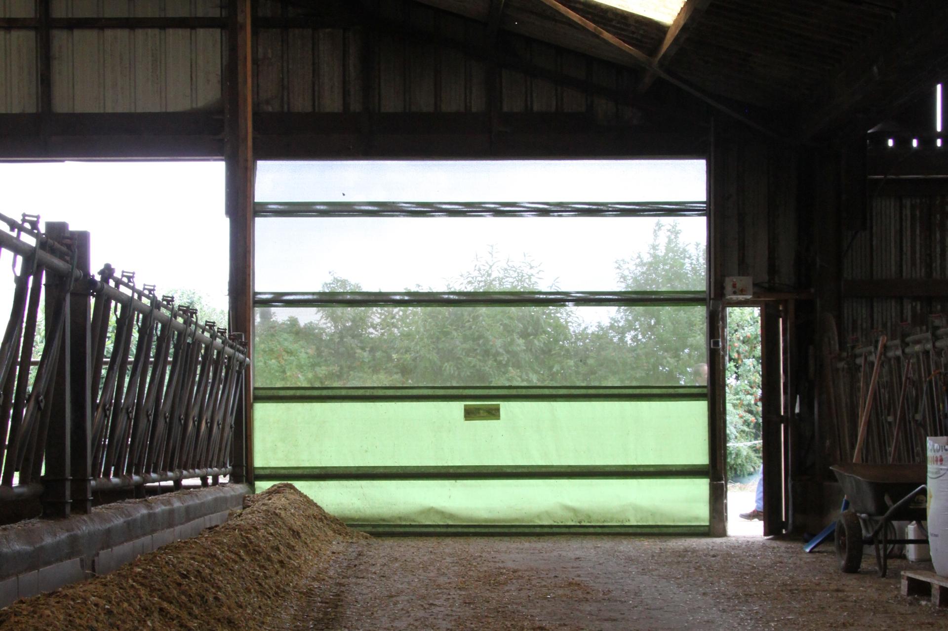 Ouvrable depuis le tracteur, le filet brise-vent Celloporte Winch est télécommandé. Il apporte lumière et aération dans la stabulation.