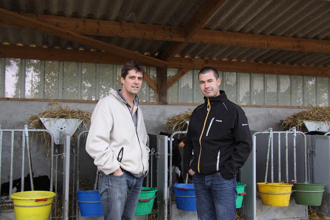 Anthony Bebin et Gurvan Talvas, technicien Cultivert : « Accueillir le veau dans de bonnes conditions est essentiel pour réussir le démarrage des génisses »