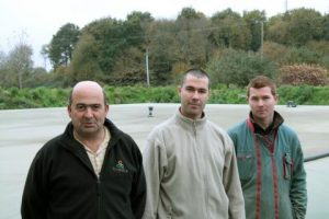 De gauche à droite, Yannick Le Beltel, associé au Gaec de La Vallée, Gurvan Talvas, technicien Cultivert et Samuel Quémerais, associé.