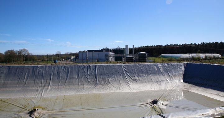 Deux pompes de relevage sont prévues pour puiser l'eau de pluie qui se dépose sur la couverture.