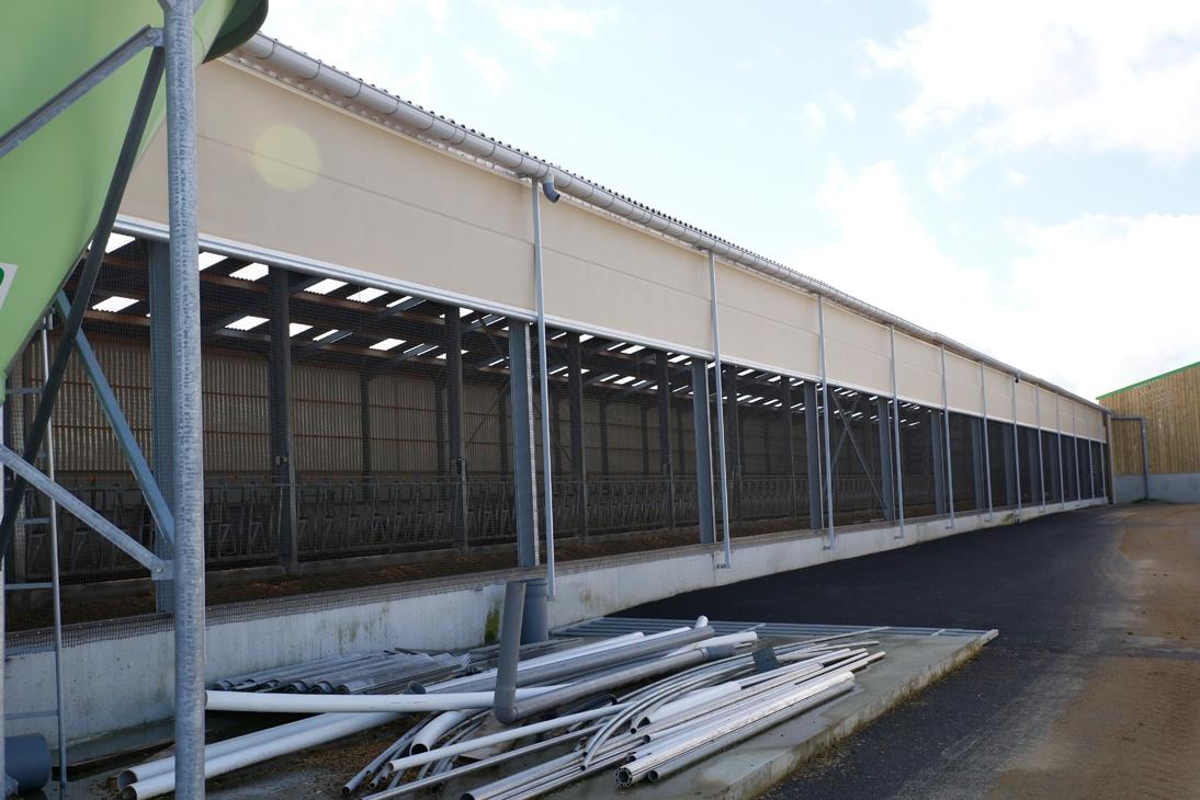 Le filet brise vent installé permet aux éleveurs de réguler l'ambiance du bâtiment