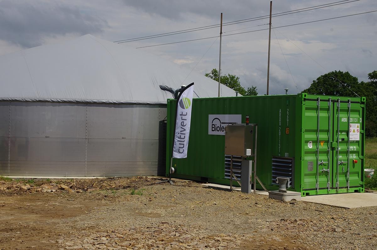 La production de biogaz est complémentaire de l'élevage. La micro-méthanisation est alimentée à partir d'effluents d'élevage et produit de l'électricité.